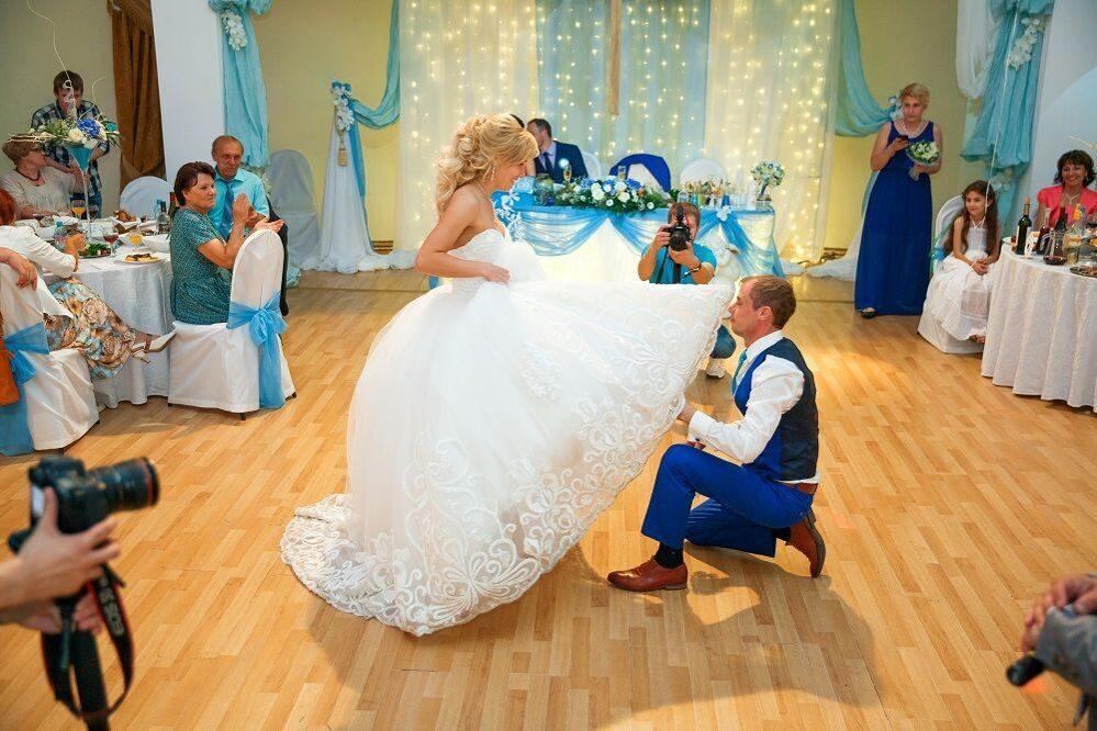 Снятие подвязки с невесты